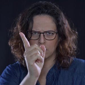 Eine Person mit warnendem Fingerzeig