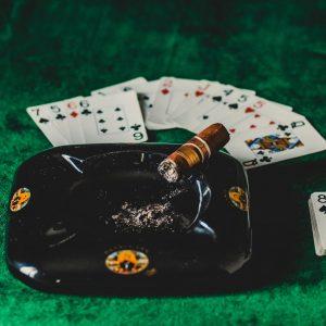 Kartenspiel und Zigarre