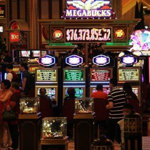 Spielautomaten in einem Casino in Macau