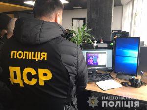 Polizist, Monitore, Schreibtisch