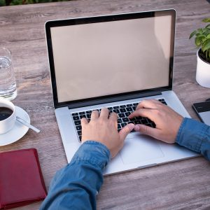 Laptop, Kaffee, Pflanze, zwei Arme
