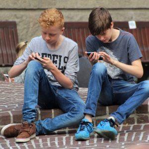 Kinder Jugendliche am Smartphone