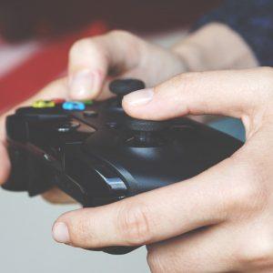 Hände auf Joystick von Spielkonsole