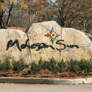 """Ein Stein mit der Aufschrift """"Mohegan Sun"""""""