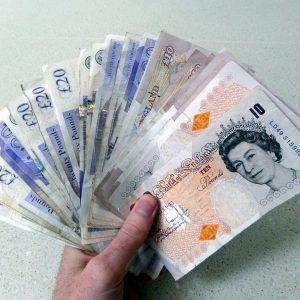 Eine Hand mit Geldscheinen