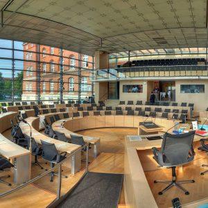 Kieler Landtag, Tische, Stühle, Fensterfront