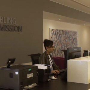 Empfangshalle, Angestellte am Schreibtisch