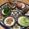 Essen auf Teller mit hebräischer Schrift