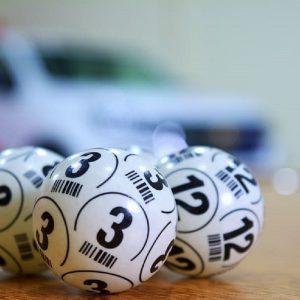 Lottokugeln mit Zahlen 3 und 12