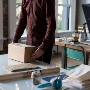 Ein Mann mit einem Paket