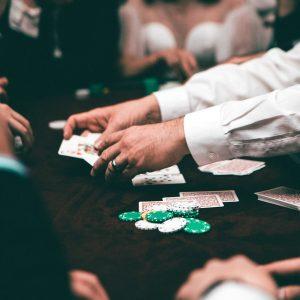 Dealer am Pokertisch