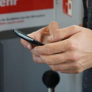Handy in einer Hand