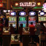 Firma in Las Vegas stellt Corona-Schutzschilde für Casinos her