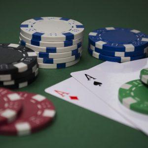 Karten und Spielchips auf einem Tisch