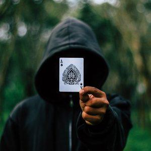 Mann mit Karte in der Hand