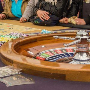 Personen am Roulette-Tisch im Casino