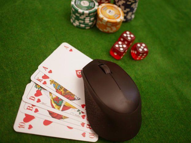 Spielkarten und eine Maus