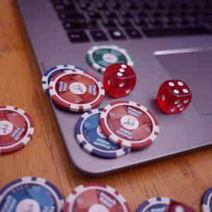 Poker Chips und Würfel auf Laptop