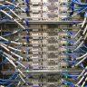 Ein Server mit Steckern