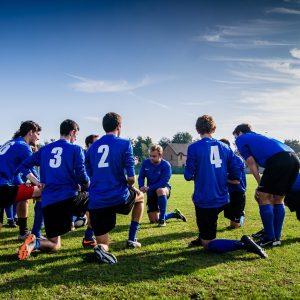 Eine Sportmannschaft auf einem Platz