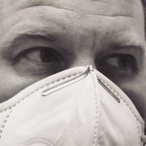 Mann mit Mund-Nasenschutz