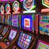 Spielautomaten eingeschaltet in einer Reihe Spielhalle Glücksspiel
