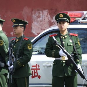 Polizisten mit Gewehren, Auto
