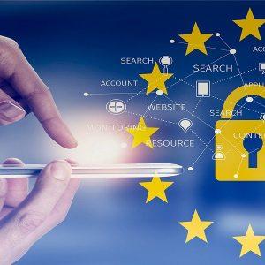 Europäische Datenschutzgrundverordnung Datenschutz EU Flagge Schloss Finger auf Smartphone