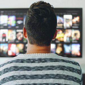 Mann vor Fernseher