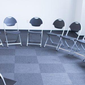 Stühle in einem Kreis
