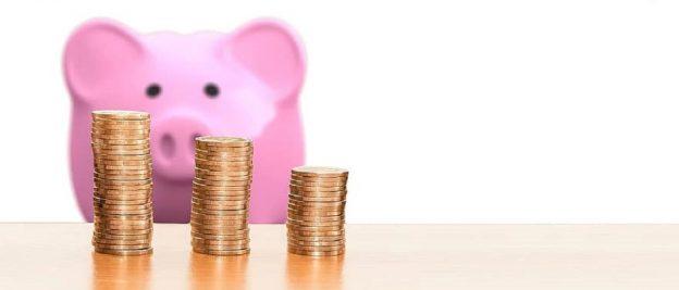 Sparschwein rosa mit Münzen