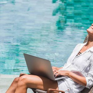 Frau mit Laptop, Pool