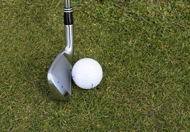 Golfball, Golfschläger, Rasen