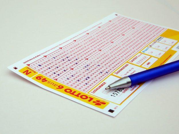 Lottoschein und Stift