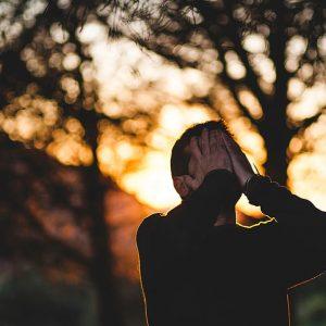 Mann hält Hände vors Gesicht Trauer trauriger Mann