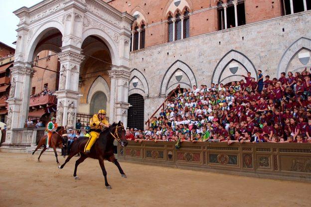 Palio di Siena Pferderennen auf dem Piazza del Campo