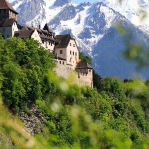 Liechtenstein Hohe Burg, Berge, Bäume