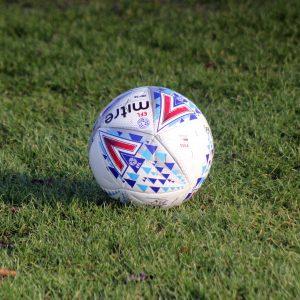 Fußball auf Spielfeld