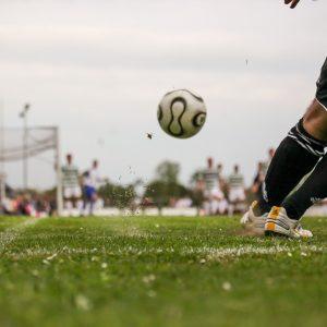 Ein Spieler auf einem Fußballplatz