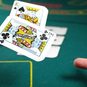 Fliegende Karten am Spieltisch