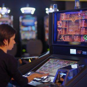 Spielautomat, Frau am Spielautomaten