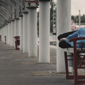 Person schläft auf Bank, Säulen