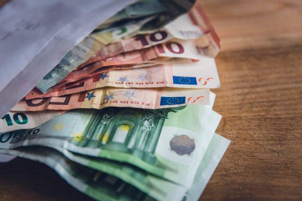 Euroscheine in Briefumschlag