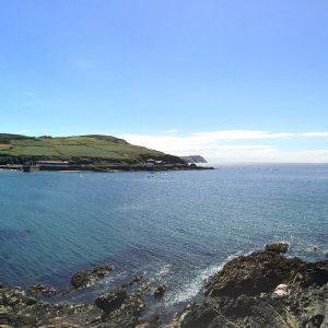 Isle of Man Panoramabild Küste Meer Felsen blauer Himmel