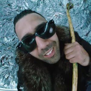 Rapper Al-Gear im Musikvideo Gummibärenmann