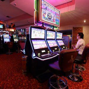 Mann, Spielautomaten, Casino