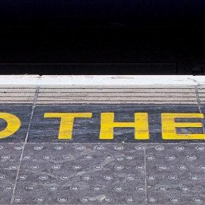 Mind the Gap auf Bahnsteig