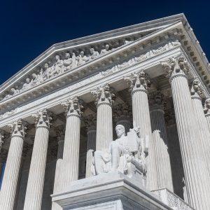 US Supreme Court vor blauem Himmel