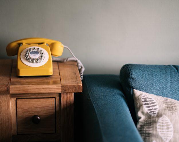 Waehlscheibentelefon neben Sofa