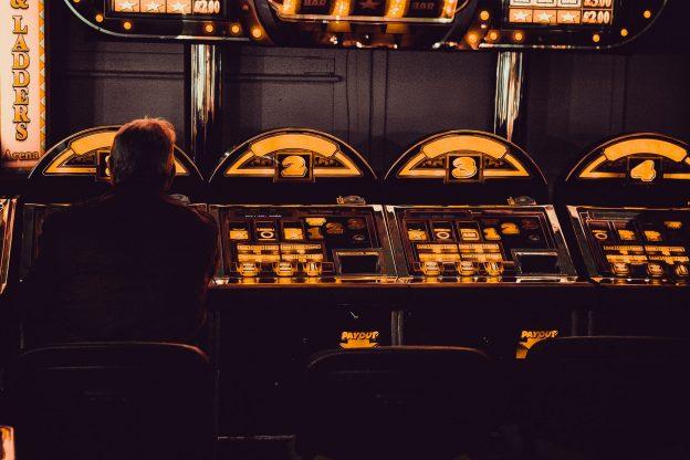 Mann vor Spielautomaten